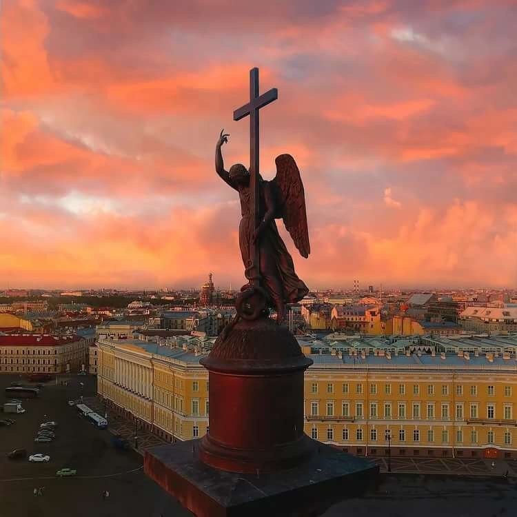 Ангел Александровской колонны. Дворцовая площадь.