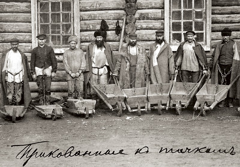 Сахалинские каторжники: прикованы к тачкам